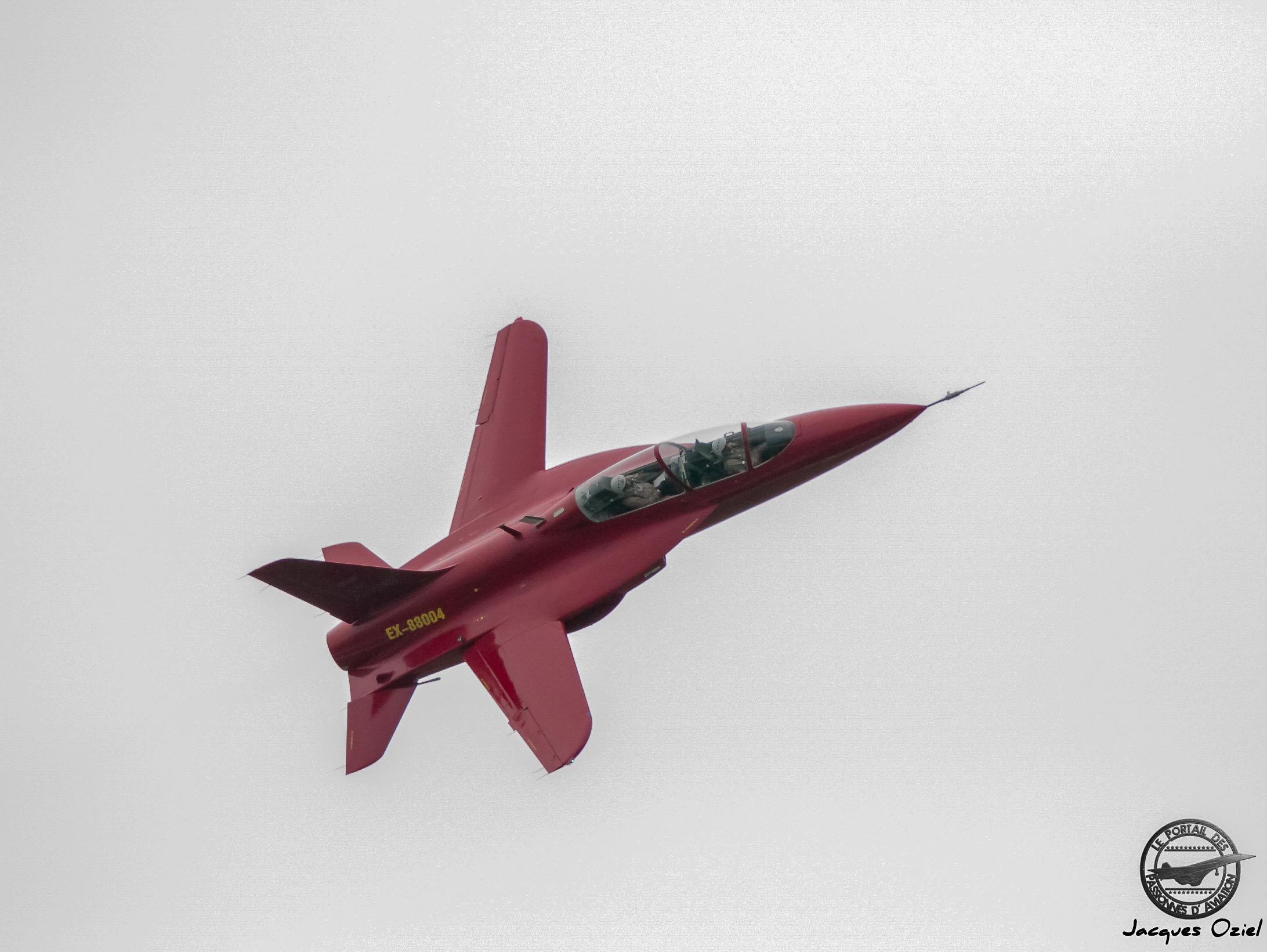 KB SAT SR-10,  prototype d'avion d'entraînement nouvelle génération construit en matériaux composites et avec une aile à flèche inverse de 10°