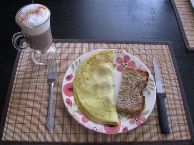 Café da manhã: 1 opção de proteína (omelete com 3 claras e 2 gemas/ 2 colheres de sopa de creme de ricota com duas fatias de peito de peru light/ um iogurte sem lactose). 1 opção de carboidrato (160 gramas de batata doce/ 2 colheres de sopa de aveia ou granola/ 1 fatia de pão sem glúten/ 1 fatia de pão sírio/ 2 torradas integrais/ 120 gr de aipim cozido).
