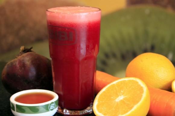 Bata em um liquidificador quatro cenouras, uma maçã, suco de limão sem casca, duas laranjas e um pouco de gengibre. Pede usar água de coco para ficar mais saboroso. Evite açúcar e adoçantes.