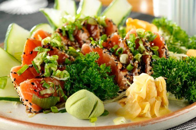 Vegetais a vontade 1 opção de proteína (1 omelete com 4 claras e 2 gemas/ 1 filé de frango grelhado/ 1 filé de carne vermelha magra grelhado/ 1 filé grande de peixe assado/ 1 lata de atum light sem água/ 6 a 8 sashimis de salmão, atum ou peixe branco).