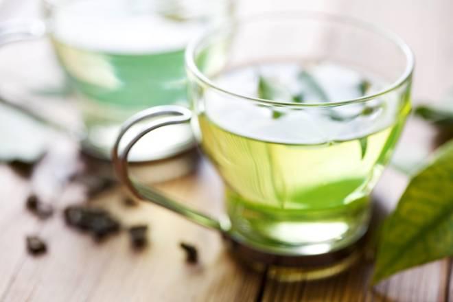 Se além das temíveis gordurinhas, você ainda sofre com o inchaço intestinal, um grande aliado são alimentos e bebidas que eliminam o excesso de água no corpo. Os chás diuréticos são uma forma fácil e charmosa de desinchar a barriga. O chá verde é o mais famoso deles.