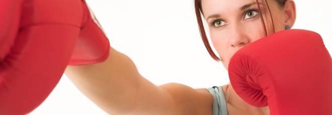 A alimentação não é tudo para exterminar a barriga. A atividade física é muito importante para se conseguir bons resultados. As lutas estão no topo da lista dos exercícios físicos que mais aceleram o metabolismo. O muay thai é o queridinho das meninas de academia, pois é um dos que mais faz perder peso, queimando cerca de 1000 calorias diárias