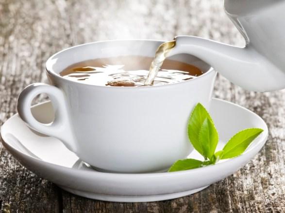 Os chás ricos em cafeína azem você urinar com mais frequência, eliminando o excesso de líquidos e toxinas, limpando o organismo e eliminando o inchaço. Os mais recomendados são o chá verde, cavalinha, cabelo de milho, alfafa e dente-de-leão.