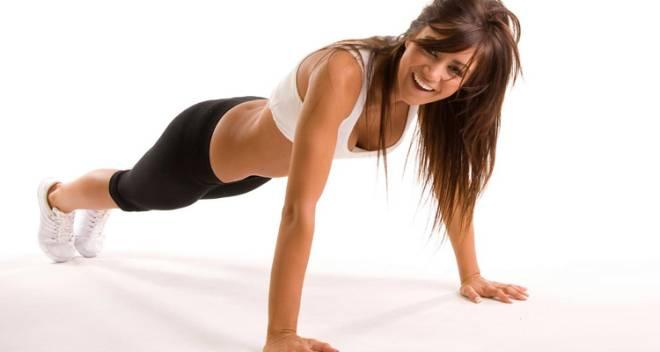 """É o """"the best"""" para fortalecer os músculos do braço. Uma boa dica, menos impactante, é ajoelhar-se ao chão, colocando as mão esticadas à sua frente. Cruze os pés e faça o exercício clássico das flexões."""