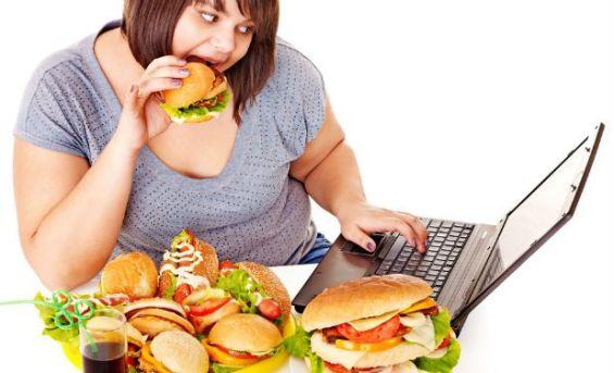 Exagerar nas refeições contribui muito para o inchaço porque dificulta a digestão. Grandes refeições também causam o alargamento do estômago, o que faz com que a sensação de saciedade demore a aparecer