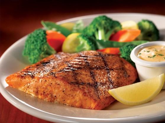 O grande segredo é que as proteínas magras aumentam a sensação de saciedade. Além de não ter as gorduras saturadas presentes na carne vermelha, o salmão é rico em ômega-3, nutriente que melhor sua memória, concentração e diminui o estresse diário.