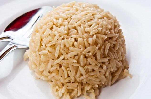 Um cereal rico em carboidratos, fibras e vitaminas do complexo B. O arroz integral é quase um marginal do sistema por causa da sua versão refinada, tenho ganho a fama de não ser saboroso. O que não é verdade, tudo depende da forma como é preparado. É muito mais benéfico para a saúde pois sue versão refinada tem menos 75 por cento dos nutrientes