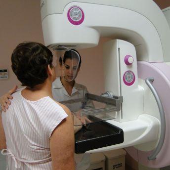 A mamografia deve começar a ser feita a partir dos 40 anos, anualmente, para mulheres da população geral.