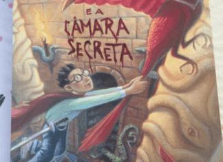 Harry inicia o segundo ano de estudos em Hogwarts, mas um perigo está rondando o castelo.