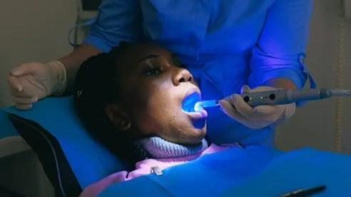 uma paciente está sendo tratada por um dentista