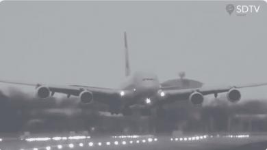 Photo of Tempestade Dennis. A lutar contra o vento, Airbus A380 aterra de lado em Londres