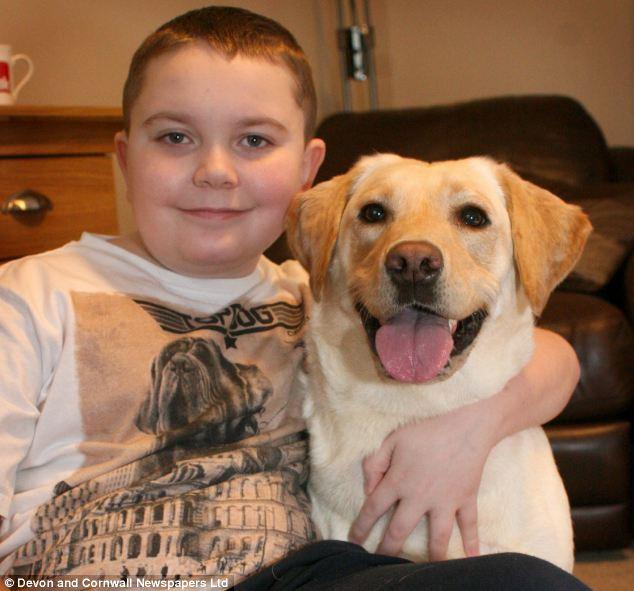 Brad Oliver com seu cachorro protetor. (Foto: Reprodução / Daily Mail)
