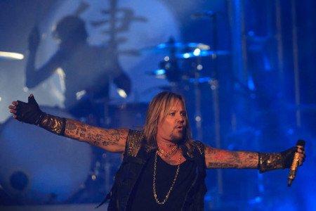 O vocalista Vince Neil com o betarista Tommy Lee ao fundo no primeiro show da The Final Tour (Foto: Joel Bissell   MLive.com)