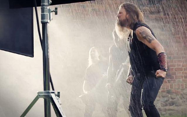 """Amon Amarth: veja os bastidores do clipe de """"Deceiver of the Gods"""""""