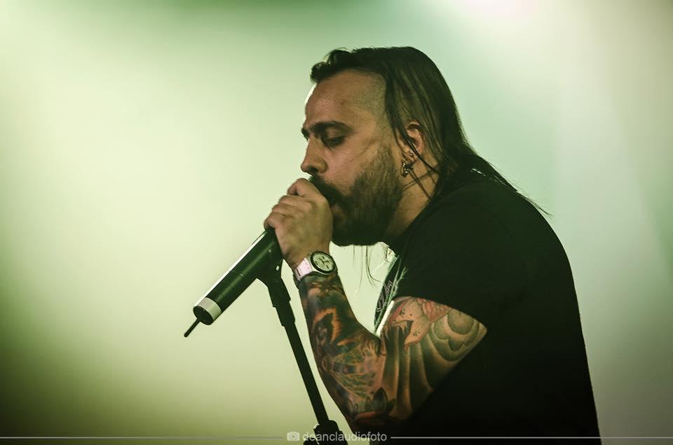 """Leandro Caçoilo lança música inédita com a banda Sancti e vídeo cantando """"Powerslave"""" do Iron Maiden"""