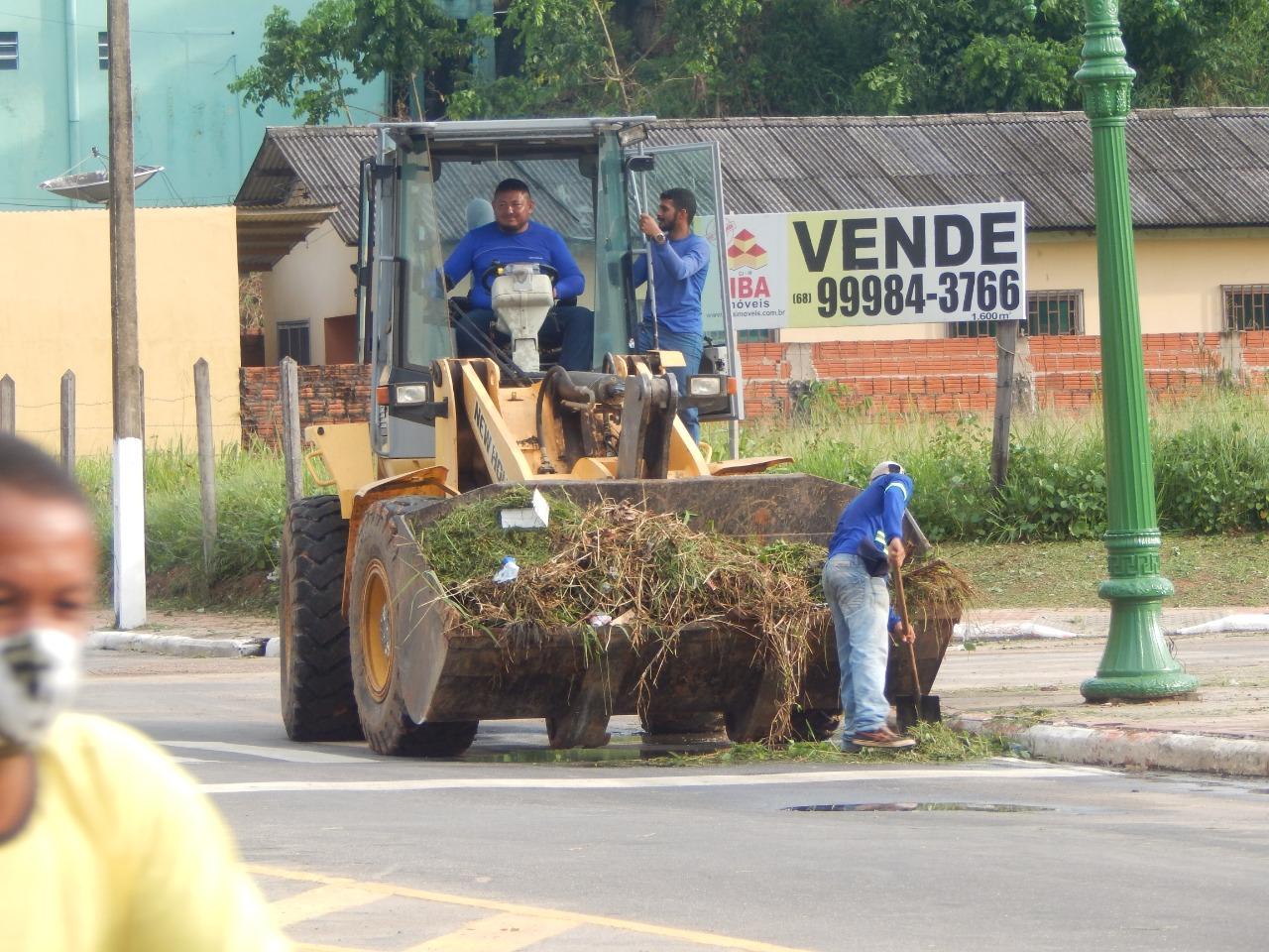 Prefeitura de Cruzeiro do Sul realiza manutenção da Av. Coronel Mâncio Lima