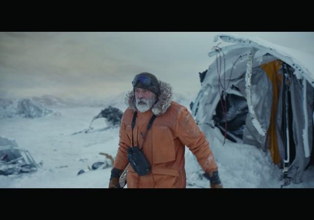 O Céu da Meia-Noite, filme estrelado e dirigido porGeorge Clooneypara aNetflix, ganhou o seu primeiro trailer. Assista logo acima. Segundo a sinopse, a história pós-apocalíptica gira entorno de Augustine (George Clooney), um cientista solitário no Ártico, que corre para impedir Sully (Felicity Jones) e seus colegas astronautas de voltarem para casa em meio a uma misteriosa catástrofe global.