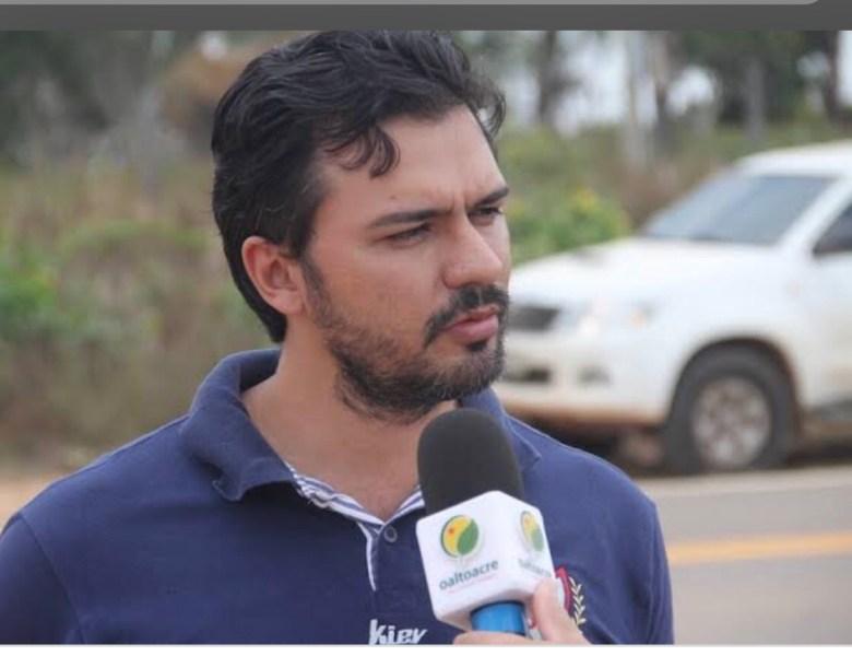 Secretário Thiago Caetano não consegue consertar uma balsa em Xapuri, mas se apropria de obra do governo federal em Rondônia
