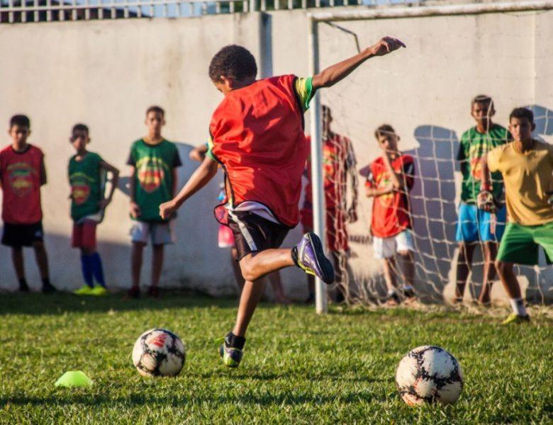 Ong de Rio Branco cria escolinha de futebol para crianças da periferia