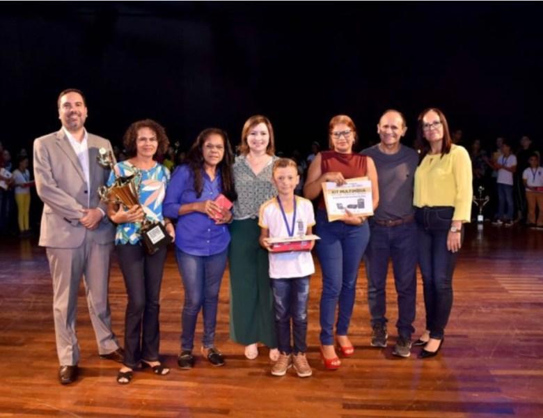 Socorro Neri entrega prêmio a estudantes vencedores de concurso de redação sobre educação fiscal e cidadania