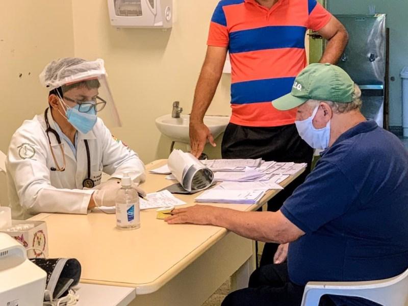 Jenilson Leite troca  o paletó de deputado pelo jaleco de médico para atender pacientes com Covid-19