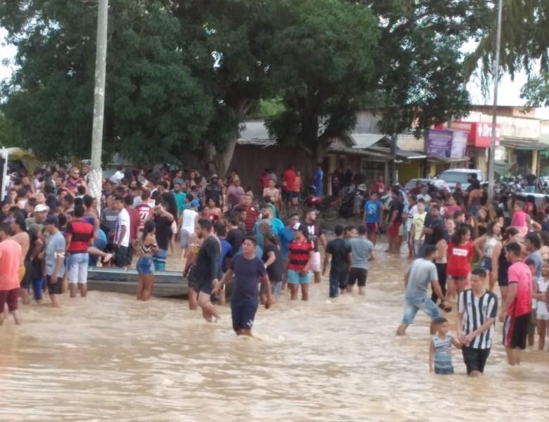 """Covid-19 """"morre afogada"""" em Sena Madureira e povo faz festa na praça"""