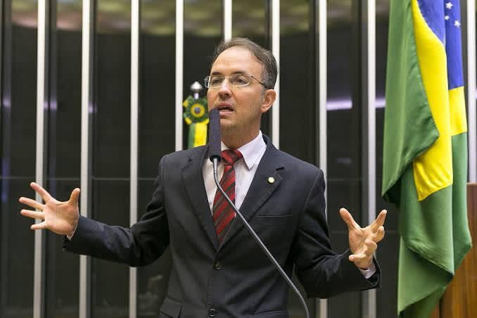 Leo de Brito pede extinção de auxílio de saúde e alimentação para parlamentares