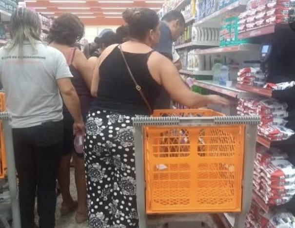 Com três semanas de atraso, o governador descobriu que o problema é manter supermercados fechados