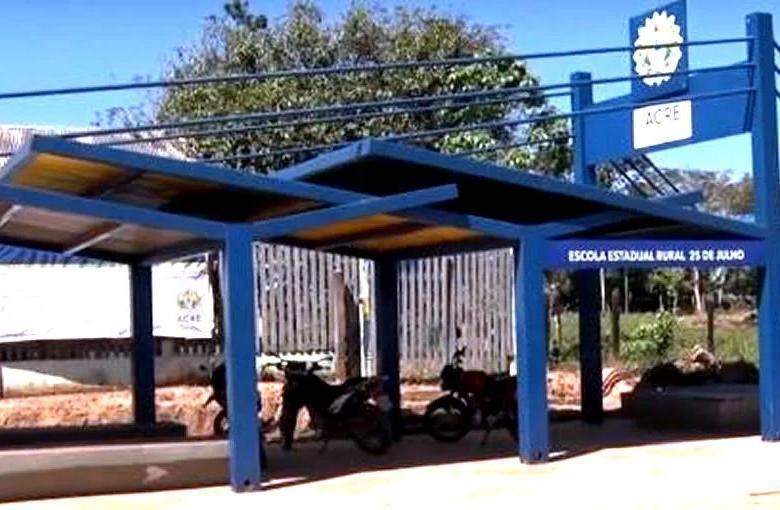 Governo fez 37 licitações e gastou mais de R$ 14 milhões na construção de paradas em frente à escolas