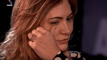 Michele Bolsonaro se emociona ao falar da facada que seu marido, Jair Bolsonaro, sofreu durante a campanha.