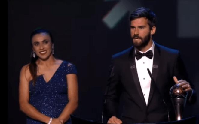 Marta entrega prêmio de melhor goleiro a Alisson Becker.