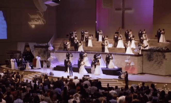 Pastor realiza casamentos coletivos.