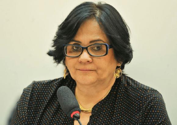 Ministra Damares Alves critica altos salários de pastores.