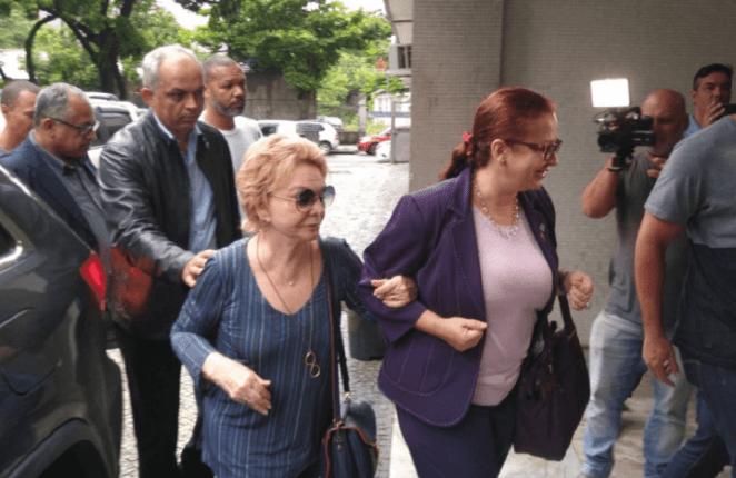 Yvelise de Oliveira chega com advogada em delegacia de Niterói (RJ).