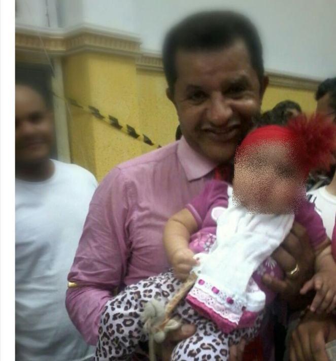 Pastor Abílio Santana e Esther, ainda pequena. (Foto: Arquivo Pessoal)