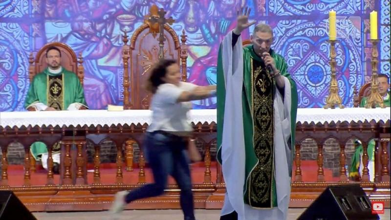 Mulher empurra e derruba Padre Marcelo Rossi de palco em missa; assista o vídeo