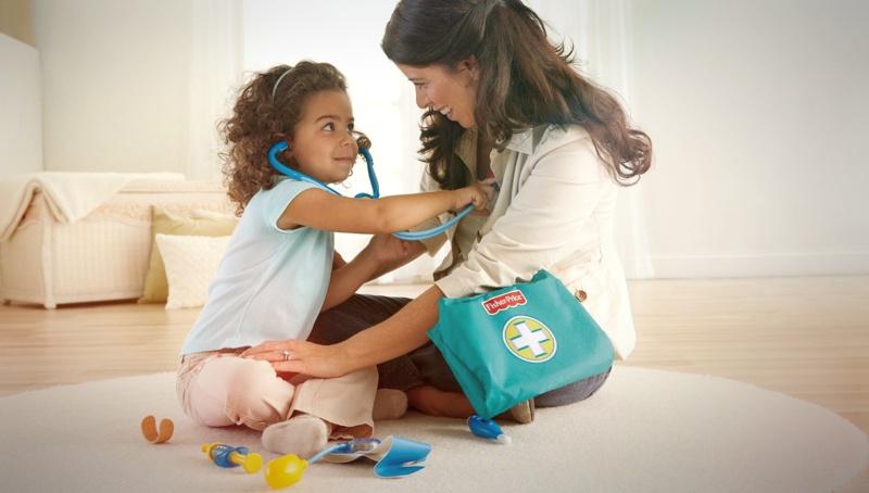 crianca brincando de pediatra