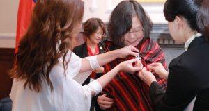 Primera DamaSilvana Abdoregala un Poncho Para'i de 60 Listas a la Presidenta de Taiwan