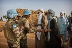 MINUSMA contingente nigeriano, seguro e auxiliar a operação de avaliação de saúde perto da fronteira com o Níger para detectar possíveis casos de Febre do Vale do Rift, Tamalet. UN Photo/Sylvain Liechti/ MINUSMA