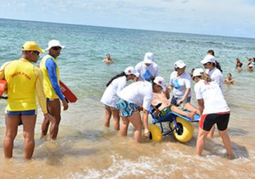 Projeto oferece banho de mar para portadores de necessidades especiais