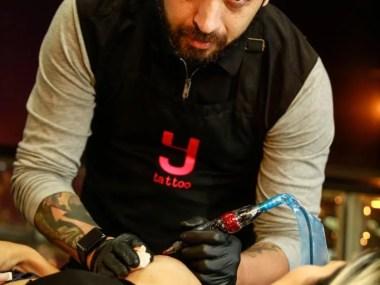 Projeto Y Rosa criado por tatuador para redesenhar aréolas de mulheres que venceram o Câncer de Mama