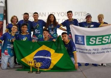 Estudantes brasileiros ganham prêmio da Universidade da Nasa, criando goma de mascar para astronautas