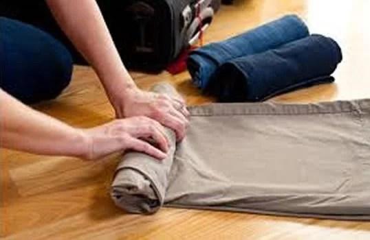 enrolando as roupas