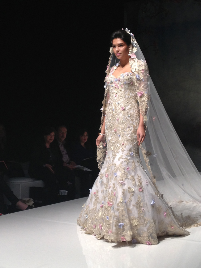 Foto:https://www.portaltudoaqui.com.br/wp-content/uploads/2014/05/hot-off-the-catwalk-2015-wedding-dress-trends-revealed-alan-sleeves