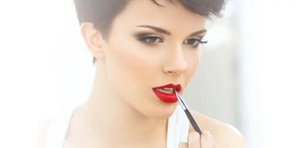 mulher pintando os lábios