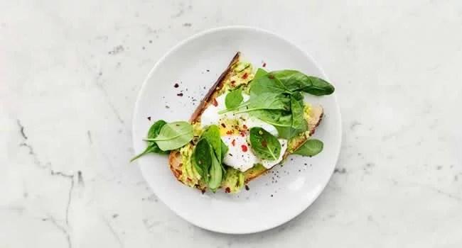 Prato de comida (vegetais e proteínas) com porções menores.