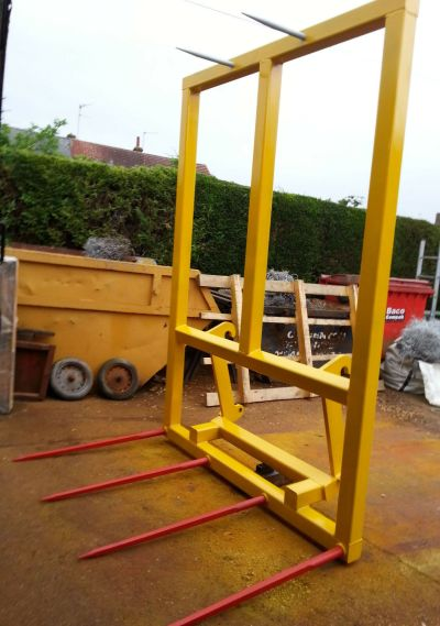 BALE SPIKE FOR JCB TELEPORTER TOOL CARRIER/ FRONT TRACTOR LOADER WITH Q-FIT BRACKETS HEAVY DUTY NEW. Capacity 3 Ton or 3 Large Bales