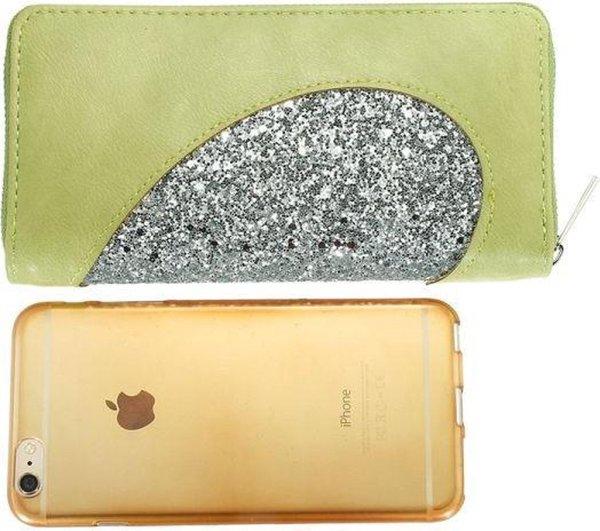 Multifunctionele portemonnee van glad groen kunstleer met een doorlopend opvallend glitterhart van voorkant naar achterkant. Wordt afgesloten met een rits rondom. Voor uzelf of Bestel Een Kado