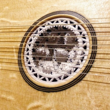 manuele-listen-guitar-detail-2
