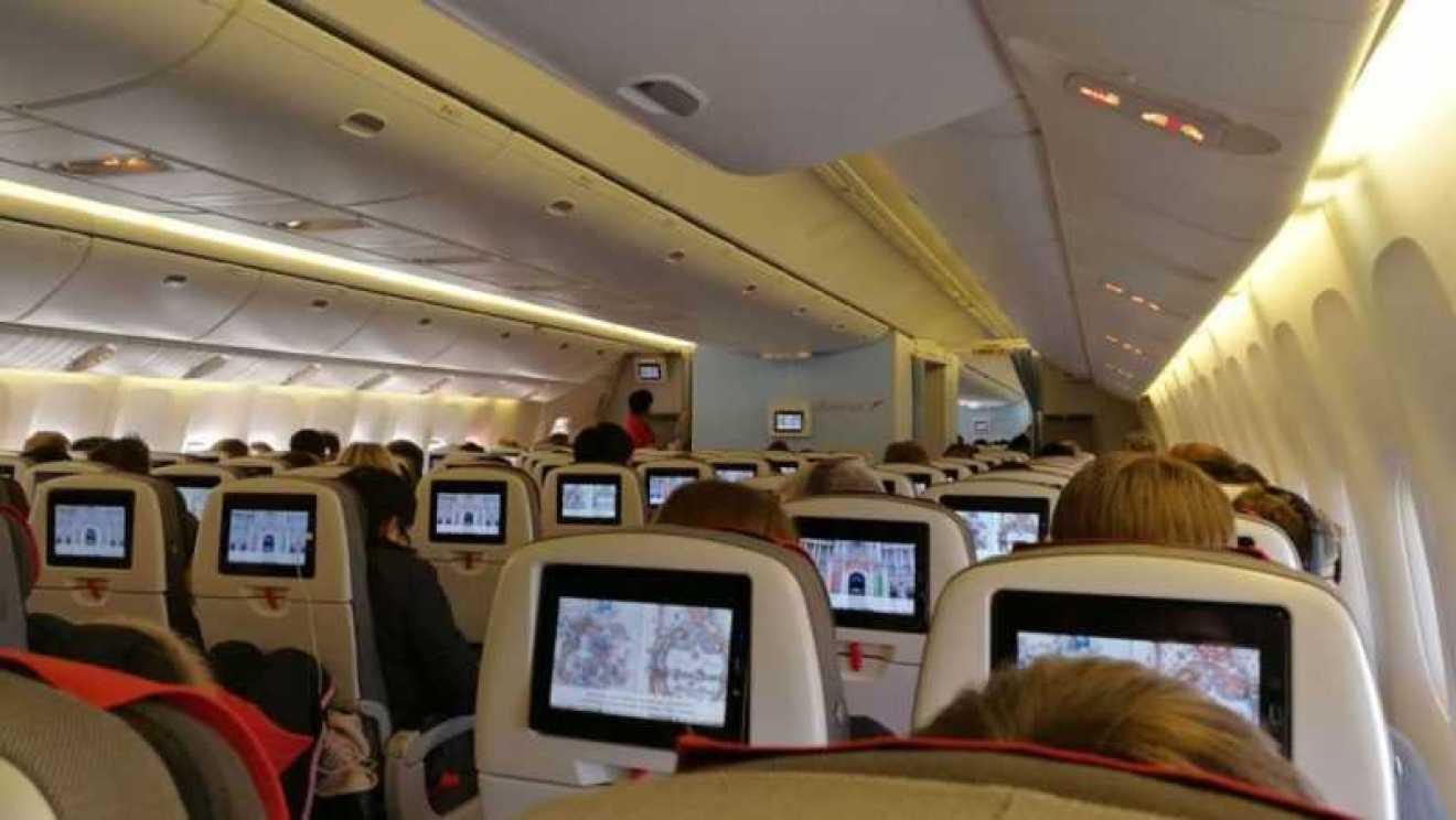 Pogled na unutrašnjost velikog aviona Airbus A330 200 - Hoće li se zrakoplov srušiti ako ne ugasimo mobitel?